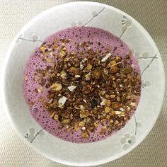 Eu sei que já estamos quase no horário do almoço mas a pedidos segue com detalhes o meu café da manhã pós treino para recuperação de energia e ativação da massa magra:  200ml de água  10 frutas vermelhas orgânicas  1 colher de colágeno hidrolisado em pó  1 medida de whey protein baunilha  4 medidas de Glucerna baunilha  Bate tudo no mixer e depois adiciona sua granola de preferência... #póstreino #wheyprotein #glucerna #instafood #vidasaudável #nutriçãoebeleza #nutritiontips #instamood…