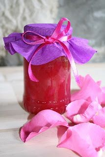 A rózsalekvárhoz lehetőleg intenzív illatú rózsa szirmait válasszuk, a jó illatú rózsa általában jó ízű is. Minél sötétebb színűek a sz...