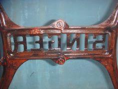 Kaki mesin jahit singer tua. Tampak detail merk singer dari belakang