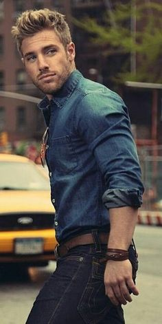 Jeans y camisa en azul.