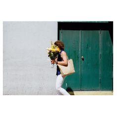 Sélection Instagram #56 // © Keith Hayes (@keithhayesphoto ) // Retrouvez la sélection complète sur le site de #FisheyeLeMag ! #instagram #curation #photo #photography #photographie #street #streetphotography #walking #flowers #bouquet
