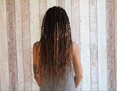 Extensions dreadlocks boheme et chic avec du flow sur les pointes. #dreadstyles Extension Dreadlocks, Extensions, Chic, Hair Styles, Beauty, Pointe Shoes, Hair, Woman, Shabby Chic