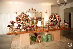 Casamento no campo: menta, rosa e dourado | 2wed.com.br  Mesa de doces com topo de bolo personalizado com o sobrenome dos noivos.