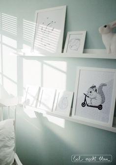 Mintfarbenes Babyzimmer mit weißer Bilderleiste Mosslanda (Ikea)