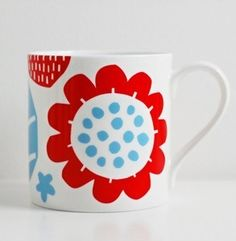 White bone china mug with two colour design9 cm high with a diameter of 8.5cm. Perfect size mug for tea lovers!Dishwasher and microwave safe