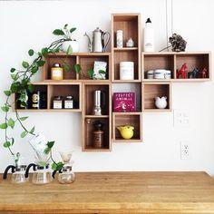 こちらは縦、横と箱を何個もランダムに組み合わせた、とても素敵な棚です。ナチュラル色はグリーンとも相性ばっちりですね。「壁に付けられる家具」はサイズ違いで自由にアレンジができるのも魅力的です。
