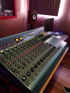 There's now a custom Tree Audio Roots console at Downsound Record Studio in Kingston, Jamaica. These photos were sent to us by legendary record producer/engineer Rob Fraboni, who's been a huge supporter of Tree Audio. Rob's known for his work with Bob Dylan, The Band, Eric Clapton, The Rolling Stones, Tim Hardin, The Beach Boys, Joe Cocker, and Bonnie Raitt. And as Vice President at Island Records where he oversaw the remastering of the entire Bob Marley catalog. He also produced the…