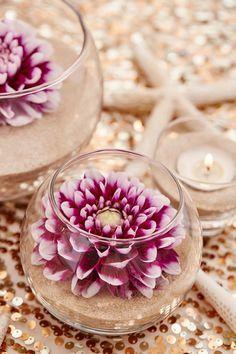 Flores y arena como centros de mesa para bodas. #CentrosDeMesa