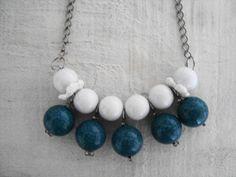 - Colar com contas brancas e turquesas, detalhe delicado florzinha de crochê. Seja Vintage, seja Pry Olyver! - Comprimento: 23 cm
