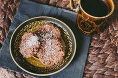 Suklaamössökeksien keksijälle papukaijamerkki ja ainakin satatuhatta pistettä! Cocochokokeksit ovat kuin suoraan lapsuudestani, jolloin sekoitettiin kaakaota, voisulaa, kaurahiutaleita ja sokeria keskenään ja pyöriteltiin kookoshiutaleiden kanssa palleroiksi. Mummoankan voimapalloja tai jotain vastaavia olivat nimeltään. Nämä Vaneljan keksit ovat hitusen terveellisempiä, mutta ah-niin-törkeän-hyviä!Kuppi vahvaa kahvia kaveriksi ja pellillinen on äkkiä kadonnut parempiin suihin. COCOCHOCO…