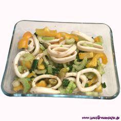 Tintenfischsalat mit Paprika, Oliven, Kapern und Gemüse Rezept für einen Tintenfischsalat. Er eignet sich ganz hervorragend zum Mitnehmen ins Büro, ist schnell und leicht zubereitet und erfordert nicht zu viele Zutaten. Außerdem schmeckt er saulecker und ist auch noch recht kalorienarm. laktosefrei glutenfrei Green Beans, Meat, Vegetables, Dressings, Drinks, Food, Dyes, Chef Recipes, Salads