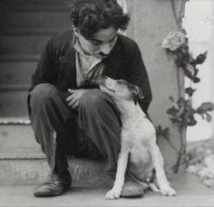 La ternura de Chaplin con su mascota y protagonista