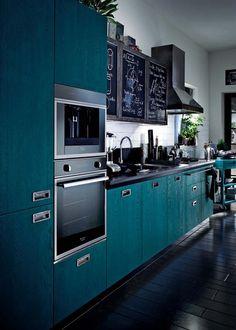 Décor do Dia: cozinha vestida de azul (Foto: Reprodução) | Bancada de quartzo e marcenaria índigo no lar.