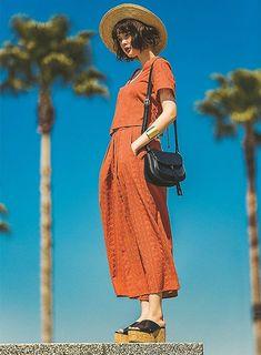 夏コーデの主役カラーを「テラコッタ」にしたら、コーデにめちゃくちゃ雰囲気が出た!|NET ViVi|講談社『ViVi』オフィシャルサイト Tokyo Fashion, Love Fashion, Korean Fashion, Fashion Poses, Fashion Outfits, Female Poses, Pose Reference, Stylish Outfits, Fashion Photography