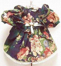 Puppenkleid-mit-Blumendruck-Spitzenbesatz-Trachten-Puppenkleid-in-Gr-48-cm