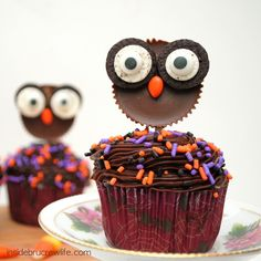 Reese's Owls - these cute owl cupcake toppers are perfect for Halloween  http://www.insidebrucrewlife.com