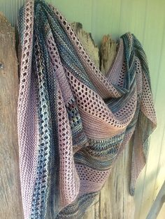 Stella is a simple and stylish shawl with countless possibilities to play with colour. It's knitted top down with two colours of fingering weight yarn.