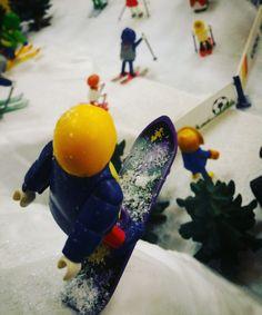 Une des scènes de 9 vitrines Playmobil installées par la Smile-Compagnie à l'hôtel de ville de Puteaux. #Playmobil #puteaux #smilecompagnie #noël #ski