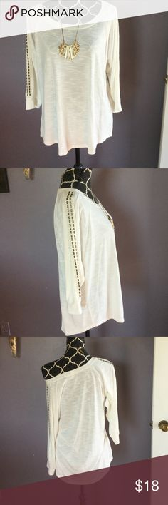 Halo Cream with accents Tunic Excellent condition,  dean Tunic with sleeve detail.  Very comfortable and light soft material Halo Tops Tunics