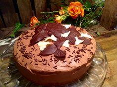Eine Schokoladentorte mit selbstgemachten Schokoladenblättern ist schon ein Hingucker. Boden, Creme und Blätter sind recht einfach in der Herstellung.