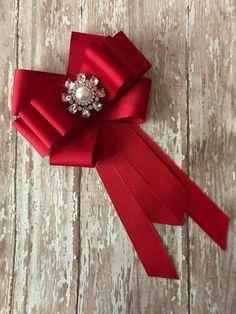 Red bow Diy Ribbon, Ribbon Crafts, Ribbon Bows, Ribbons, Brooch Corsage, Fabric Embellishment, Ribbon Jewelry, Making Hair Bows, How To Make Bows
