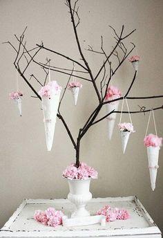 Albero con coni fioriti - Fiori dalle tonalità delicate per addobbare l'albero di Pasqua.
