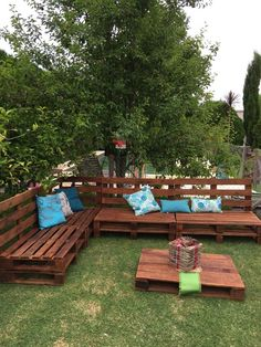 Recycled pallet outdoor sofa with table