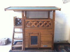 Katzenhaus Lodge für Drinnen und Draußen  Schwingtür mit durchsichtiger Klappe Wetterfest lasiert mit Holzschutzfarbe Maße (L x B x H): ca. 77 x 50 x 73 cm