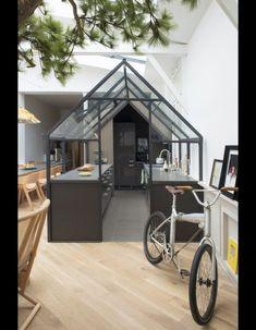 """L'architecte @Grégoire de Laforest a imaginé cette #cuisine #cabane """"façon #verrière"""",une idée originale pour créer une pièce en plus ou diviser deux espaces au sein d'une même pièce...www.mode-and-deco.com"""