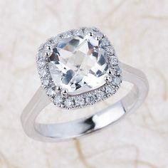 Esta sortija con un topacio blanco: | 32 Anillos de compromiso asombrosos que no tienen nigún diamante