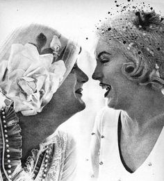 Tony Curtis and Jack Lemmon as Josephine and Daphne in Some Like it Hot Tony Curtis and Marilyn Monroe on the set of Some Like it. Joven Marilyn Monroe, Marilyn Monroe Fotos, Young Marilyn Monroe, Marylin Monroe, Tony Curtis, Some Like It Hot, Lauren Bacall, Vintage Hollywood, Classic Hollywood
