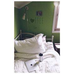 Bøttevis av ☕ i senga. Klarte å forsove meg den dagen jeg begynner på jobb litt over elleve... Våknet selvfølgelig med hodepine i tillegg. #coffeeinbed#drømsøtt#pledd#kaffe#roligstart#killthatheadache#vsco #Padgram