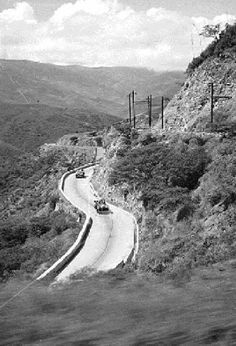 Carretera vieja Caracas - La Guaira, y en su parte alta, nuestro antiguo ferrocarril construido por los ingleses,  del mismo trayecto de Caracas - La Guaira o viceversa. Año de 1930.