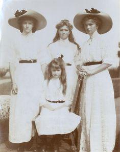 Grand Duchesses Tatiana Nikolaevna, Marie Nikolaevna, Olga Nikolaevna e Anastasia Nikolaevna (sentada), Peterhof, em 1912.