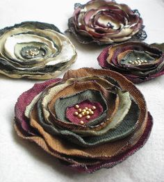 Lieben dieser Kreisblumen in den Herbstfarben,[post_tags You are in the right place about DIY Fabric Flowers template Here we offer you the most beautiful pictures about the DIY Fabric Flowers for dre Making Fabric Flowers, Cloth Flowers, Felt Flowers, Diy Flowers, Shabby Chic Flowers, Textile Jewelry, Fabric Jewelry, Jewellery, Hair Jewelry