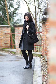 Mode-Bloggerin Vicky kombiniert einen klassischen Wollmantel zu modernen Clarks Chelsea Boots.  http://www.mymirrorworld.com/2014/12/outfit-clarks-giveaway/ #AW14