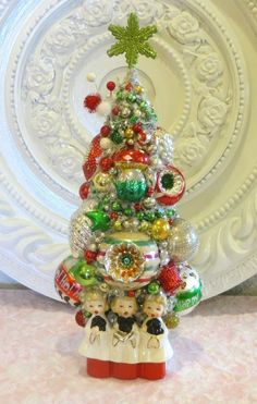 Vintage Ornaments bottle brush tree in Christmas caroler planter CUTE Vintage Christmas Crafts, Christmas Tree Art, Antique Christmas, Vintage Ornaments, Retro Christmas, Christmas Items, Vintage Holiday, Holiday Crafts, Xmas Trees