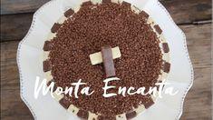 Sorvetão de Bis é uma Torta de Sorvete, deliciosa e leva só 3 ingredientes: sorvete, brigadeiro e bis.  Uma explosão de sensações na boca, a cada mordida!  O geladinho do sorvete, ganha  a cremosidade do brigadeiro e o crocante do bis… wow … gostosa  demais e super fácil de fazer, basta intercalar  o chocolate bis branco e preto, na lateral da forma, colocar uma camada de sorvete de creme, o brigadeiro como recheio fechar  com outra de sorvete e decorar com chocolate granulado.