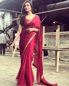 Saree Online: Shop Latest Indian Saris designs for Women Indian Beauty Saree, Indian Sarees, Beau Sari, Red Saree Plain, Indische Sarees, Sari Design, Diy Design, Simple Sarees, Indian Designer Wear