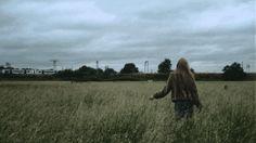 Solidão é a primeira palavra que vem à cabeça, depois vem o abandono (pelo modo que a menina observa o trem indo embora).