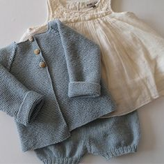 hentesett baby - Google-søgning Vintage Baby Clothes, Cute Baby Clothes, Knitting For Kids, Baby Knitting Patterns, Crochet Baby, Knit Crochet, Cute Babies, Baby Kids, Knitted Baby Cardigan