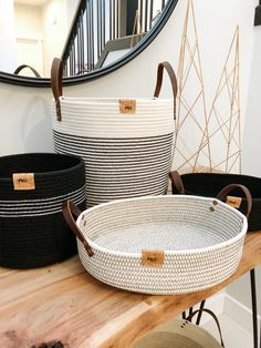 Black and White is always a great combo Homemade Home Decor, Diy Home Decor, Baskets On Wall, Storage Baskets, Macrame Wall Hanging Diy, Fabric Bowls, Rope Crafts, Rope Basket, Crochet Home Decor