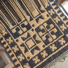 2017/09/23 3ヶ月ぶりに二重織りを始めました。 • ポーランド ヤノフ村の絵織物本より マズーレ地方の伝統的な星のパターン。 背景色を逆転させる練習です。 • 織り図案は見ないで、出来上がりの 写真を見ながら織っています。1段目の 模様が織れたところで間違え発見 1段目の終わりまでこれから戻ります • 2段目の模様のよこ糸はブルーに 変えたのですが、チャコールグレーに 馴染んで1段目と違いがわからず ちょっと色が渋すぎでした。 • この背景色を逆転するパターン、 模様は単純そうに見えますが 私には難しく、何度も間違えて苦戦中 かなり脳トレになりそう。 • #weaving #handweaving #weaversofinstagram #handwoven #doubleweave #手織り #二重織り #ヤノフ村の二重織り #ヤノフ村の絵織物本 Loom Weaving, Hand Weaving, Textiles, Tear, Weaving Patterns, Weaving Techniques, Woven Fabric, Fiber Art, Animal Print Rug