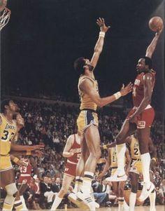 Mo Malone se la juega frente a Jabbar. También aparecen Magic Johnson, Jamal Wilkes, Calvin Murphy, Billy Paultz, Norm Nixon y Michael Cooper. Foto de 1980.