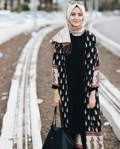 Latest Abaya Style and Designs in Pakistan 2020 Abaya Fashion, Modest Fashion, Fashion Outfits, Emo Fashion, Muslim Women Fashion, Islamic Fashion, Casual Hijab Outfit, Hijab Chic, Hijab Wear