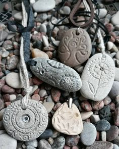 Ideas for custom ceramic and stone - inspirational designs Rock Jewelry, Clay Jewelry, Stone Jewelry, Jewelry Crafts, Jewelry Art, Stone Crafts, Rock Crafts, Dremel Carving, Diy Cadeau