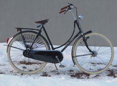 Black Gazelle, Cream tires, woven dress guard (via Lovely Bicycle!)