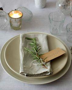 En kvist av gran eller rosmarin blir fint med namnskylten på tallriken. Använd FSC-märkt papper. [Use ever green or rosemary for the place tag] #wedding #bröllop #ecobride