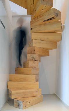 """Hier eine sehr clevere Idee ganz einfach aus Holzklötzen. Noch mehr schöne Beispiele findet ihr in userem Artikel """"Wendeltreppen: Eine Hitparade der beliebtesten Designs"""""""