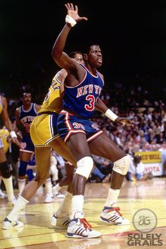 Patrick Ewing posting up Kareem Abdul Jabbar - 1986 I Love Basketball, Basketball Pictures, Basketball Legends, Sports Pictures, Basketball Players, Coach Carter, Nba Stars, Sports Stars, National Basketball League